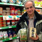 Juan Carlos Cirera, mostrando los productos de Riet Vell en un supermercado de Condis en  Madrid. Foto: Pedro Cáceres