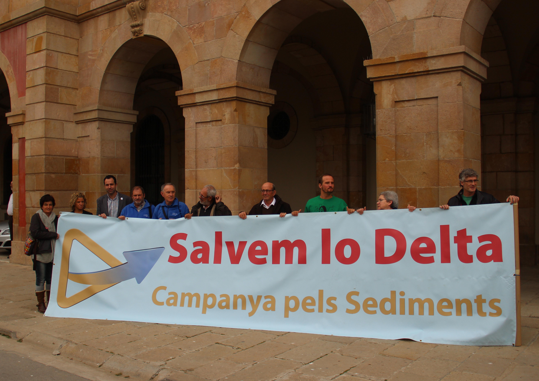 Representantes de la Campaña por los sedimentos a las puertas del Parlamento del Cataluña en la anterior reunión ©Campanya pels Sediments